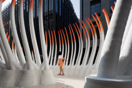 """新型公共互动:迪拜国际金融中心惊现""""落叶""""建筑,3万个水瓶3D打印而成"""